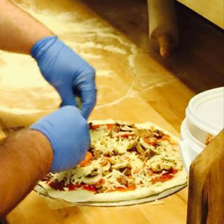 making-pizza-web